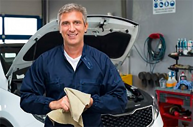 A smiling Meineke tech